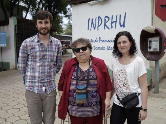 Gladys Cáceres recibiu no verán de 2015 á secretaria do Fondo Galego, Andrea García, e ao fotoxornalista Felipe Carnotto.