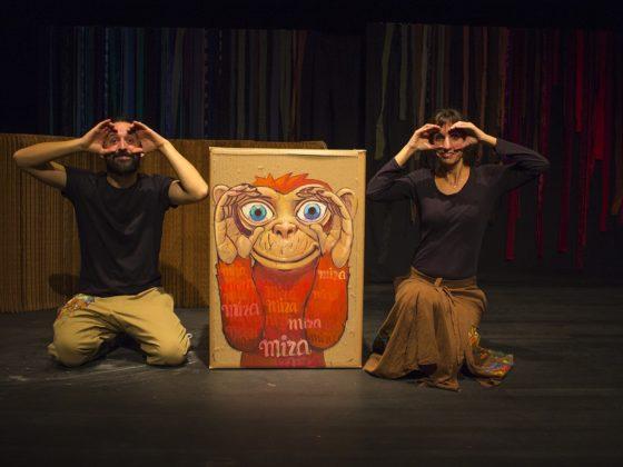 Os catro monos protagonistas deste espectáculo escoitan, ven, falan e expresan.