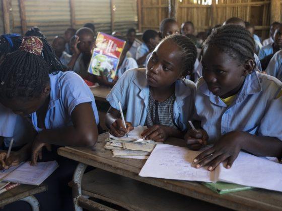 Mozas estudando nun centro educativo de Mozambique. FOTO: Adrián Irago.