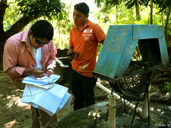 Recollida de datos nunha das comunidades máis afectadas pola carencia de auga potable.