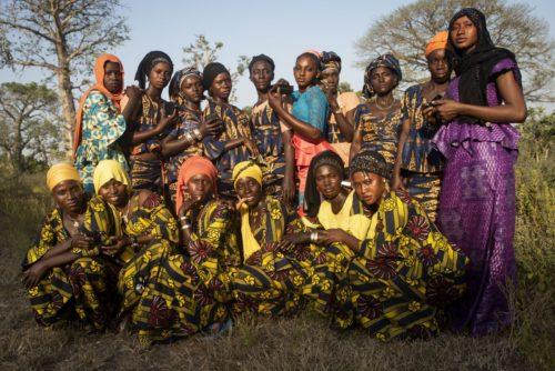 Mulleres participantes no obradoiro de fotografía, retratadas polo monitor Sylvain Cherkaoui.