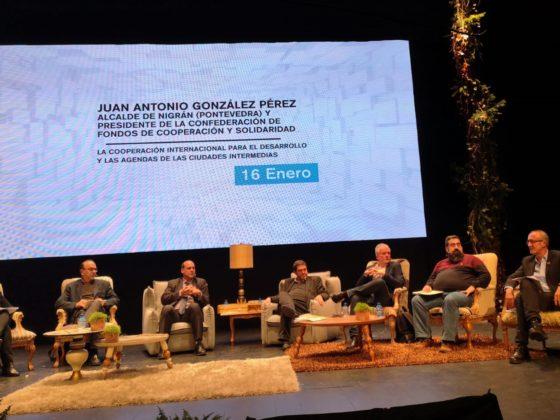Juan González, á dereita, na súa intervención sobre a achega dos municipios ao desenvolvemento.