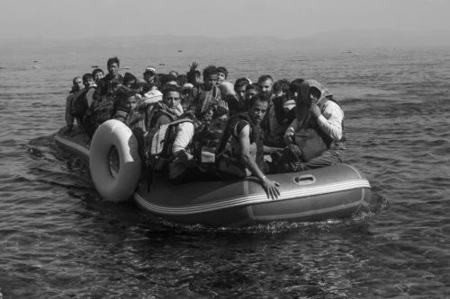 FLEEING TO EUROPE. 2015. El camino empieza en la guerra, la pobreza y la opresión. Huyen por cientos de miles desde Siria, Irak o Afganistán, desde Somalia, Iran, Pakistan o Eritrea. Un flujo constante de humanidad dirigidos por el miedo, la inseguridad y la falta de oportunidades. Su desesperación los mueve a arriesgar su vida y la de sus familias por un futuro en paz. Fleeing to Europe recorre la ruta de los refugiados desde su entrada en Europa a traves de la isla griega de Lesbos continuando por la ruta de los Balcanes. En la imgen, botes de plástico con alrededor de 50 refugiados arriban en terreno europeo. © Adrián Irago