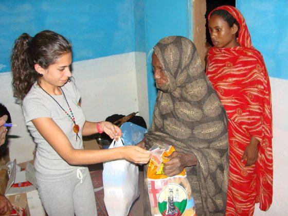 A Media Lúa Vermella encargouse de distribuír os alimentos entre a poboación saharauí.