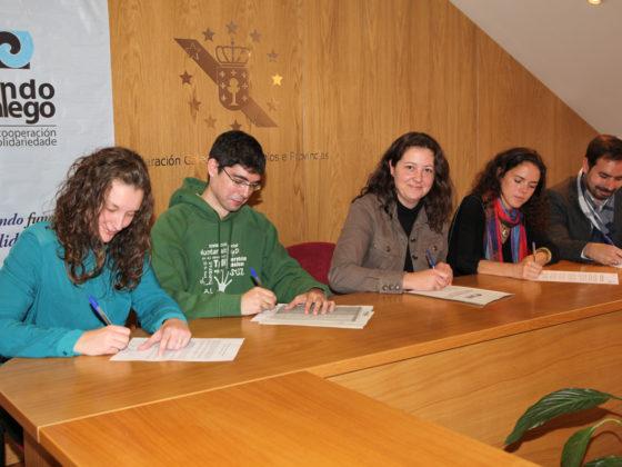 Representantes de Amigos da Terra, Enxeñería sen Fronteiras, Implicadas e Taller de Solidaridad, coa presidenta do Fondo Galego no centro.